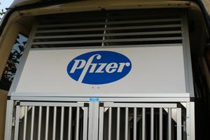 Pfizer spendet Hundeboxen für unser Einsatzfahrzeug