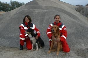 Zwei neu geprüfte Rettungshundeteams im BRK Regensburg